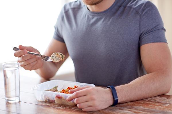 進食時飲水易造成餐後血糖上升